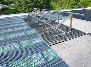 Teste na combinação de telhado verde e solar