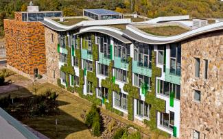 Building with facade greening